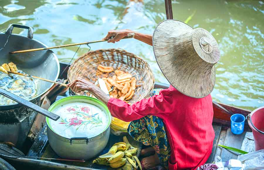 What is there to eat at Damnoen Saduak Floating Market?