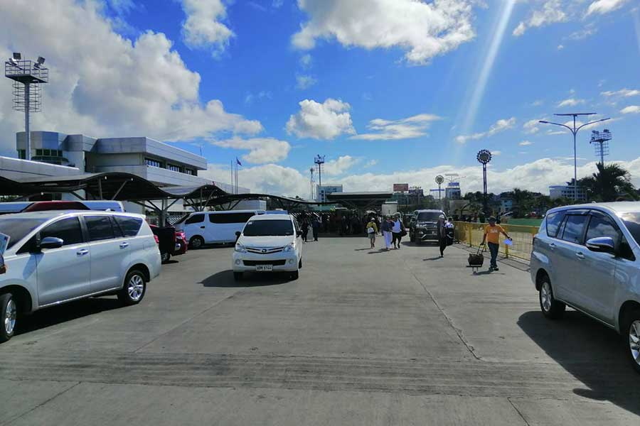 Going-from-Cebu-to-Bohol.-Arriving-at-Tagbilaran-Pier-taxi-area